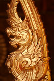 Statua dorata del drago del primo piano in tempio tailandese, ricordo bronzeo che elabora prodotto negli ambiti di provenienza sc Immagine Stock Libera da Diritti