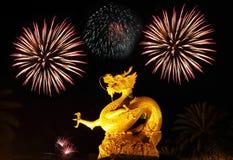 Statua dorata del gragon con i fuochi d'artificio Immagine Stock