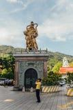 Statua dorata del guardiano del ` s di Guanyin al padiglione ottagonale in Kek Lok Si Temple a George Town Panang, Malesia fotografia stock libera da diritti
