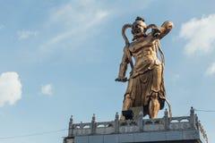 Statua dorata del guardiano del ` s di Guanyin al padiglione ottagonale in Kek Lok Si Temple a George Town Panang, Malesia fotografie stock