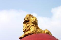 Statua dorata del leone Immagini Stock Libere da Diritti