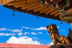Statua dorata del leone nel tempio di Jokhang Fotografia Stock