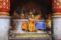 Statua dorata del monaco buddista al tempio del suthep di doi del phrathat del wat in Chiang Mai Thailand Fotografie Stock Libere da Diritti