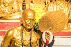 Statua dorata del monaco buddista anziano in Chiang Mai Fotografia Stock Libera da Diritti