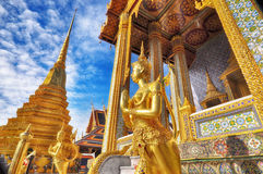 Statua dorata del primo piano di Kinara a Wat Phra Kaew nel complesso di Grand Place a Bangkok, Tailandia Fotografie Stock Libere da Diritti