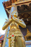 Statua dorata dentro il tempio reale pubblico Fotografia Stock Libera da Diritti