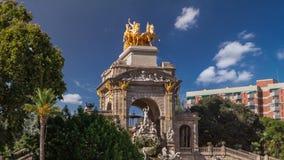 Statua dorata di aurora del hyperlapse del timelapse della cascata nel parco di Ciutadella, Barcellona, Spagna archivi video