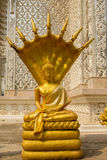 Statua dorata di Buddha, Buddha e sette teste del serpente a Wat Mai K Immagini Stock