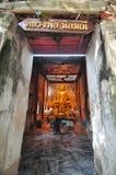 Statua dorata di Buddha dentro il tempio antico di Wat Bang Kung Fotografia Stock
