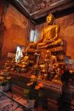 Statua dorata di Buddha dentro il tempio antico di Wat Bang Kung Fotografie Stock