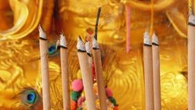 Statua dorata di Buddha nel tempio cinese thailand video d archivio