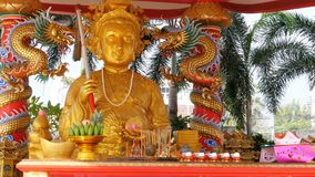 Statua dorata di Buddha nel tempio cinese thailand archivi video