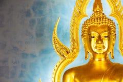 Statua dorata di Buddha nel tempio o in Wat Benchamabophit di marmo Fotografie Stock Libere da Diritti