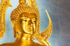 Statua dorata di Buddha nel tempio o in Wat Benchamabophit di marmo Fotografia Stock