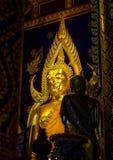 Statua dorata di Buddha a Phisanulok in Tailandia Immagini Stock