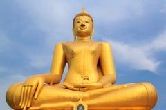 Statua dorata di Buddha in tempio Fotografia Stock