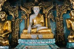 Statua dorata di Buddha in tempio alla pagoda di Shwedagon in Rangoon Fotografia Stock