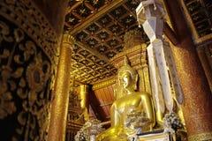 Statua dorata di Buddha in tempio della Tailandia Buddha Immagine Stock Libera da Diritti