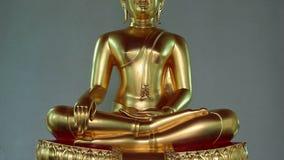Statua dorata di Buddha in tempio tailandese del wat stock footage