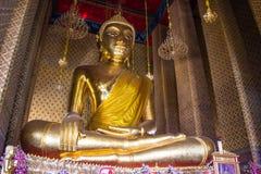 Statua dorata di Buddha in un tempio buddista Fotografia Stock