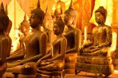 Statua dorata di Buddha in un tempio buddista tailandese Immagini Stock Libere da Diritti