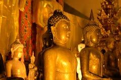 Statua dorata di Buddha in un tempio buddista tailandese Fotografia Stock