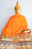Statua dorata di Buddha in vestito da estate Fotografie Stock