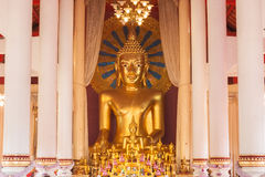 Statua dorata di Buddha a Wat Chedi Luang Immagine Stock