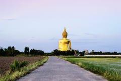 Statua dorata di Buddha a Wat Muang in Angthong, Tailandia fotografia stock