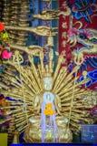 Statua dorata di Guan Yin con 1000 mani Guanyin o Guan Yin i Fotografie Stock Libere da Diritti