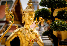 Statua dorata di Kinnari Fotografia Stock