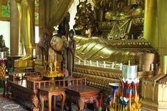Statua dorata di sonno Buddha Immagine Stock Libera da Diritti