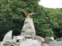 Statua dorata di un'aquila in Zheleznovodsk, Russia fotografie stock