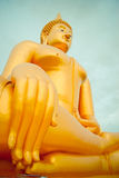 Statua dorata gigante di Buddha al muang di Wat, Tailandia Immagini Stock Libere da Diritti