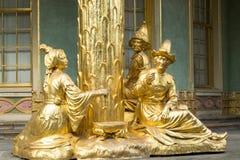 Statua dorata nella parte anteriore la casa cinese Immagine Stock