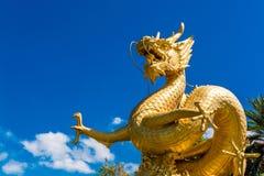 Statua dorata potente del drago Fotografia Stock