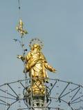 Statua dorata principale della cupola di Milano (duomo) sopra il più alta torre Fotografia Stock Libera da Diritti