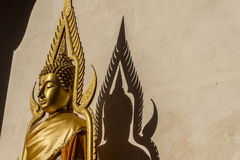 Statua dorata pubblica di Buddha Immagine Stock