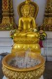 Statua dorata tailandese del Buddha Fotografie Stock Libere da Diritti