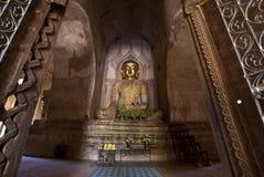 Statua dorata in un tempiale di Bagan - Myanmar del buddha Fotografie Stock