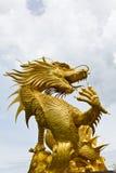 Statua dorata variopinta del drago Fotografia Stock Libera da Diritti
