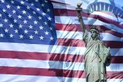 Statua e bandiera americana di libertà Fotografia Stock Libera da Diritti