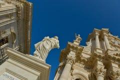 Statua e cattedrale di Siracusa Immagine Stock