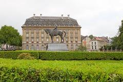 Statua e costruzione di Leopold Fotografia Stock