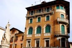 Statua e facciata di una costruzione accanto a quella dei trecento a Treviso in Veneto (Italia) Immagini Stock Libere da Diritti