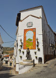 Statua e mattonelle decorative della parete a Alora Adalucia Spagna Immagine Stock