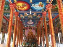 Statua e murali di Buddha al tempio di Wat Preah Prom Rath in Siem Reap, Cambogia fotografie stock