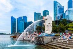 Statua e paesaggio urbano di Merlion a Singapore Fotografie Stock Libere da Diritti