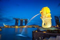 Statua e paesaggio urbano di Merlion a Singapore Fotografia Stock Libera da Diritti