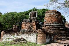 Statua e pagode senza testa intorno a Wat Phra Si Sanphet Fotografia Stock Libera da Diritti